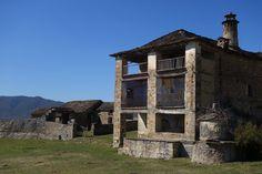 Casa, lavadero, pozo y edificios auxiliares