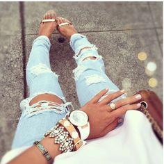 Kauniisti kello ja korut samassa ranteessa. Ja myös kesäsuosikkini, eli valkoinen kello! White wrist watch and bracelets.