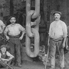 Men stand with giant chain links forged for the Titanic's Hingley anchor, 1910 - 28 Titanic Photos You've Never Seen Before By Erin Kelly on June 2017 Rms Titanic, Titanic Photos, Titanic Ship, Old Pictures, Old Photos, Rare Photos, Vintage Photographs, Blacksmithing, Historical Photos