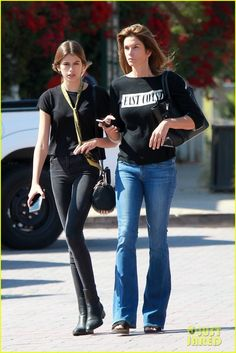 Cindy Crawford Matches With Daughter Kaia Gerber: Photo Cindy Crawford makes a call while out on a walk with Kaia Gerber on Monday (June in Malibu, Calif. The supermodel and her daughter, who is a model… Kaia Gerber, Kaia And Presley Gerber, Kaia Jordan Gerber, Kaia Crawford, Cindy Crawford Daughter, Haircut For Face Shape, 49er, Girl Inspiration, Street Style