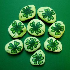 Čtyřlístek+pro+štěstí+Čtyřlístek+pro+štěstí+-+do+kapsy,+na+stůl,+na+okno+ke+květináči.+Kameny+ručně+malované+akrylovými+barvami.+Malý+dárek,+co+potěší.+Malba+na+kamenech+je+nalakována+pro+větší+odolnost.+Rozměry+4,5+-+5,5+cm.+Cena+za+1+kus.+Na+přání+můžeme+dodat+větší+množství+(+např.+na+svatbu+jako+dárek+pro+hosty+).