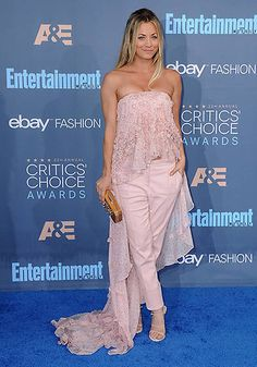 pantalon_con_falda_kaley_cuoco_1a Kaley Cuoco, Looks Gigi Hadid, Strapless Dress Formal, Formal Dresses, Critics Choice, Choice Awards, American Actress, Entertaining, Chic
