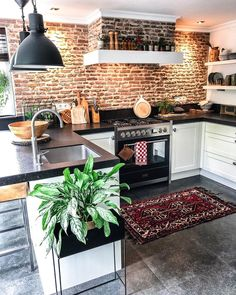 28 Trendy Boho Kitchen Decor Ideas to Give Your Space New Life - Betherelove Bohemian Kitchen, Bohemian Living Rooms, Bohemian Interior, Bohemian Decor, Kitchen Wall Colors, Kitchen Decor, Chandelier In Living Room, Chic Bathrooms, Beautiful Kitchens