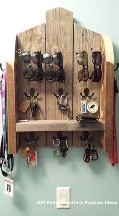 12 DIY Sunglasses Holders To Keep Your Sunnies Organized – DIY Ideas DIY Organizer. Use upcycled pallet wood to make this organization center. My next pallet wood project. Just need to get some coat hooks, wire, etc. Wooden Pallet Projects, Wooden Pallets, Wooden Diy, Pallet Wood, Outdoor Projects, Pallet Patio, Palet Projects, Outdoor Pallet, Pallet Diy Decor