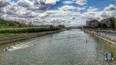 Madrid Río. Desde el Puente del Invernadero mirando al Sureste vemos su puente gemelo el Puente del Matadero, Madrid, Spain.