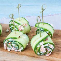NIEUW! Een lekker en gezond hapje van komkommerrolletjes met zalm en huttenkase. Lekker als traktatie voor je bezoek of als healthy tussendoortje. #komkommersnack #komkommer #healthysnack #huttenkase #zalm #hightea #healthyfood #gezondtussendoortje #hapje http://bit.ly/2Iq4Gtq