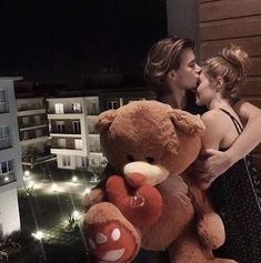 Cameras Flash Part Three *:・゚ Cute Love Couple, Couples In Love, Couple Goals, Small Teddy Bears, American Series, Look At The Moon, Boyfriend Photos, Kissing Booth, Tumblr
