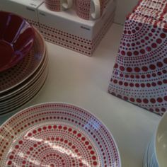 Iitala display in Skandium Scandi Style, Scandinavian Style, Great Coffee, Christmas Inspiration, Red And White, Pottery, Display, Modern, Beauty
