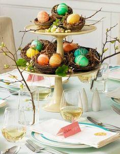 Nidos con huevos de colores, encuentra más centros de mesa para Pascua en http://www.1001consejos.com/centros-de-mesa-para-pascua/