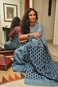 And this is Dithi Mukherjee, a painter whose face Sarah Jessica Parker has stolen. Indian Attire, Indian Wear, Indian Outfits, Bollywood Saree, Bollywood Fashion, India Fashion, Ethnic Fashion, Women's Fashion, Indian Beauty Saree
