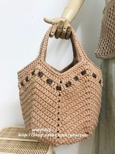 This crochet bag is made using the interesting bobble stitch interlace with colorful bobbles. Bag Crochet, Crochet Market Bag, Crochet Shell Stitch, Crochet Diy, Crochet Handbags, Crochet Purses, Crochet Basics, Crochet Shoulder Bags, Bag Pattern Free