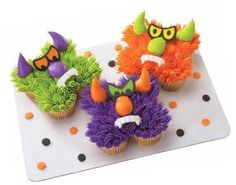 monster cake made from 5 cupcakes and a steady hand. Pull Apart Cupcake Cake, Pull Apart Cake, Cupcake Cakes, Cupcake Ideas, Mini Cakes, Halloween Baking, Halloween Desserts, Halloween Treats, Halloween Smash Cake