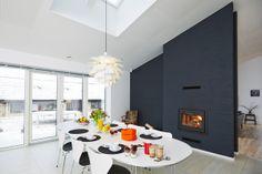 En gennemgående brændeovn der skaber glæde i både køkken og stue.