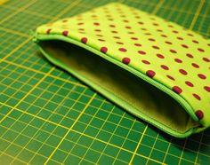 Jak správně všít zip do kapsičky se zipem Sunglasses Case, Zip Around Wallet, Sewing Patterns, Knitting, Bags, Scrappy Quilts, Atelier, Handbags, Tricot