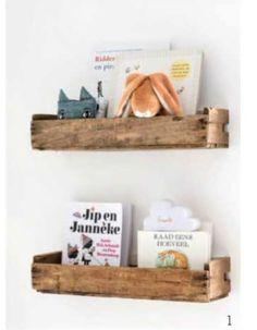 boekenplanken van oude fruitkistjes