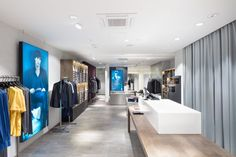 Tiger of Swedens butik på huvudgatan Kurfürstendamm har svarta bakväggar och silverfärgad inredning som lyfter fram kollektionen. De betongklädda... New Interior Design, Tiger Of Sweden, Project Management, Projects