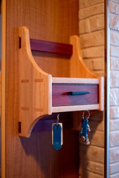 Key holer Wood Projects, Projects To Try, Boot Rack, Hanging Shelves, Diy Woodworking, Key Holders, Cabinet, Wood Working, Workshop