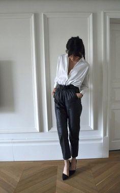 glossario-fashion-calca_carrot Calça que imita o formato de uma cenoura, mais ampla no quadril e afunilada nas pernas, com a cintura alta.