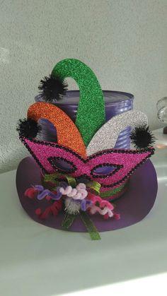 Sombrero de carnaval, fácil y rápido, gomaeva, cartulina y una lata de metal Cute Crafts, Fall Crafts, Diy And Crafts, Crafts For Kids, Crazy Hat Day, Crazy Hats, Mad Hatter Hats, Mad Hatter Tea, Theme Carnaval