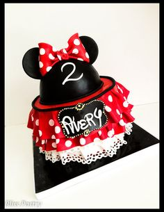 Minnie Mouse Cake: Red Ruffles and Polka Dots (change to pink and white) Minni Mouse Cake, Mickey And Minnie Cake, Minnie Birthday, First Birthday Cakes, Birthday Ideas, 3rd Birthday, Fancy Cakes, Cute Cakes, Polka Dot Cakes
