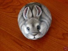 FABULOUS HAND PAINTED ROCK RABBIT PAPERWEIGHT - NR (03/30/2008) Gray bunny