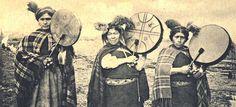 Machi son las mujeres mapuche que ejercían de chamanes. Esta cultura que se desarrolló en Chile tiene muchas semejanzas con el chamanismo siberiano.