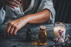 Ätherischen Öle werden vielseitig eingesetzt, als Zugabe zu Pflegeprodukten, selbstgemachte Parfums, in der Aromatherapie oder als Mittel gegen diverse Beschwerden. Dabei wussten schon im Altertum die Menschen um die heilenden Eigenschaften von ätherischen Ölen. Die Ägypter verbanden mit den Düften aromatischer Heilpflanzen Reinheit, Göttlichkeit und Macht. Inzwischen sind viele der überlieferten Heil- und Einsatzmöglichkeiten in Studien bestätigt und die Wirkung wurde wissenschaftlich… Melaleuca, Ayurveda, Ylang Ylang Öl, Camomille Romaine, Ravintsara, Libido, Frankincense Essential Oil, Ancient Beauty, Vitamin B12