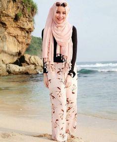Style hijab pantai ideas for 2019 Hijab Fashion Summer, Modest Fashion, Fashion Outfits, Beach Fashion, Islamic Fashion, Muslim Fashion, Modest Dresses, Modest Outfits, Modest Clothing