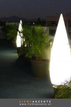 Schönes Licht im Garten, das ist mit der Outdoor Standleuchte KANPAZAR 150C möglich. Die Outdoor Lampe ist nicht nur für Außen-, sondern auch für Innenbereiche verwendbar. Moderne Außenleuchte für  schöne Lichtspiele. Auch als Hauseingang Aussenbeleuchtung ist die Design Leuchte ein Hingucker. #gartenlampe #terrasse #gartenleuchten #outdoorleuchten #lichtakzente Plants, Solar, Outdoor, Environment, Contemporary Light Fixtures, Diy Lamps, Outdoors, Plant, Outdoor Games