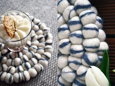 Bordskånere med flotte farver kombineret, som skaber et unikt og minimalistisk look.