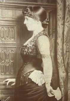 Pregnancy. The era of bustles, 1880. What to wear ?: Lily Langtry in position; this, judging by the fact that his daughter was born in March 1881, the end of 1880 .: