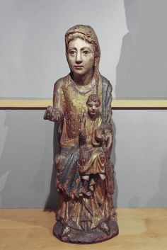 Virgen románica. Mare de Déu amb el Nen, siglo XIII, España. Museo Frederic Marés. Romanesque Art, Christian Artwork, Holy Mary, Madonna And Child, Effigy, European History, Medieval Art, Blessed Mother, Sacred Art