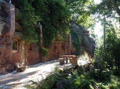 Μετέτρεψε μια σπηλιά 800 ετών σε ένα ονειρικό σπίτι. Απλά δείτε τη κουζίνα!