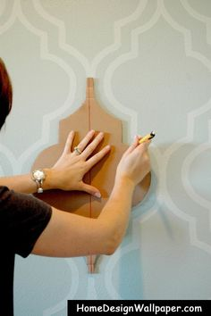 pintura pared usando un molde hecho en carton con dibujo tipo marroqui