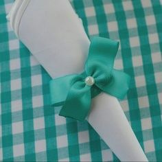 Anel de guardanapo que encomendamos para o nosso casamento. O laço é igual ao do nosso convite. 💕 - Ver esta foto do Instagram de @karyduarte • 18 curtidas