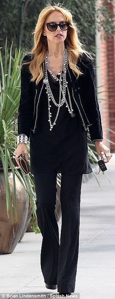 Rachel Zoe black with dark trouser jeans and lots of accessories; so effortlessly stylish. Rachel Zoe, Chic Outfits, Fashion Outfits, Fashion Tips, Girl Fashion, Couture Week, Spring Couture, Passion For Fashion, Autumn Winter Fashion