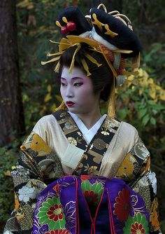 nihon-daisuki: Oiran-dochu | by -bengras  Not a bad loo, just a LOT going on for one lady