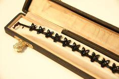 Armband - http://www.hofburg-wien.at/wissenswertes/sisi-museum/trauerkleidung-und-trauerschmuck.html