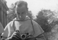 Życie braci w klasztorze poznańskim // Ojciec Czesław Bartnik OP i jego aparat.
