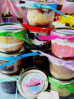 Cupcakes in a jar! The website also has links to other sites with other 'in a jar' recipes, including 'pie in a jar'. Mason Jar Cupcakes, Mason Jar Desserts, Mason Jar Meals, Meals In A Jar, Mason Jars, Cupcake Favors, Party Favors, Weck Jars, Party Party