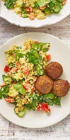 Ein leckerer, frischer Salat zur warmen Sommerzeit: Dieser Taboulehsalat mit Tomaten, Babyspinat und einem Spritzer Zitrone ist genau das Richtige für laue Sommerabende. Serviert mit Falafeln bleiben keine Wünsche offen!