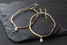 Organic Raw Diamond Hoop Earrings por LexLuxe en Etsy