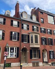 "Alyssa Stevens on Instagram: ""Beacon Hill beauties 💙 #boston #bostonhome #newengland #newenglandhome #historic #beaconhill #beaconhillboston #housebeautiful #home…"" Beacon Hill Boston, New England Homes, Beautiful Homes, Mansions, House Styles, Instagram, Home Decor, House Of Beauty, New England Houses"