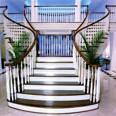 Double stairway with single entry point
