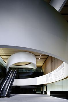 "Nikkei ""Media Wall"", a white rubban of 180 meters which symbolizes the entrance of Newspaper company Arch Interior, Interior Architecture, Interior Design, Circle Design, Line Design, Office Entrance, Open Ceiling, Media Wall, Digital Signage"