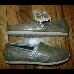 Toms Classic Metallic Colored Shoes Size 6 - New ?? Brand new, never worn, no damage. Does not come with box. 100% authentic. Synthetic leather.   ?? Smoke-free, pet-free household.   ?? No trades/swaps!  ?? No holds!  ?? No low-balling!  ?? No PayPal!   ? Reasonable offers welcomed! Please use the offer button so I know you are serious about the item! I will not respond to price negotiations via comments.   ?? Happy poshing! ?? TOMS Shoes Flats & Loafers