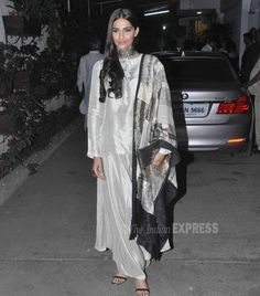 Sonam Kapoor Can Dress Both Ways And Look Sinfully Sexy Indian Attire, Indian Wear, Indian Outfits, Indian Clothes, Kurti Designs Party Wear, Kurta Designs, Indian Look, Indian Ethnic, Sonam Kapoor