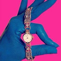 Olha que luxo esse rolex vintage com design indiano diretamente de uma sessão de fotos da Elle Índia de agosto/setembro de 1997.