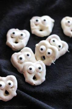 30+ 'Killer' Halloween Party Food Ideas 2019 Sac Halloween, Yeux Halloween, Halloween Pas Cher, Halloween Punch, Halloween House, Halloween Makeup, Happy Halloween, Halloween Desserts, Jelly Beans