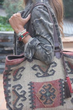 boho, feathers & gypsy spirit - camo & funky old carpet bag Hippie Style, Mode Hippie, Ethno Style, My Style, Bohemian Style, My Bags, Purses And Bags, Botas Boho, Carpet Bag